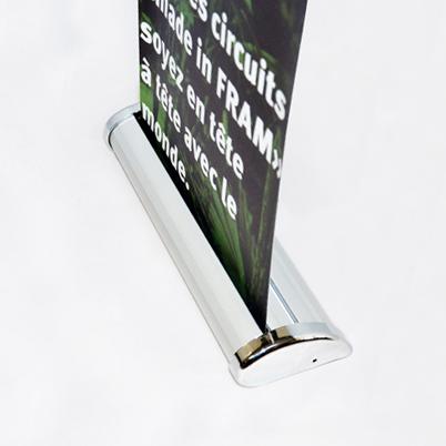 Vue de côté, présentoir de table imprimé avec enrouleur